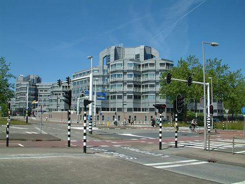 Het AIVD-kantoor in Zoetermeer. Door S.J. de Waard. Bron: http://nl.wikipedia.org/wiki/Aivd#mediaviewer/Bestand:Zoetermeer_De_Leyens_AIVD_kantoor_%281%29.JPG