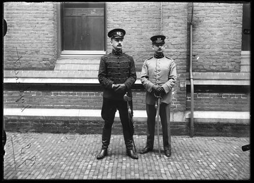 Ritmeester H.A.C. Fabius en kapitein C.A. van Woelderen van het Bureau Generale Staf, serie: Algemeen Hoofdkwartier. Glasnegatieven bestemd voor J. Kooiman, De Nederlandsche Strijdmacht en hare Mobilisatie in 1914. Herman de Ruiter. 110374 (groepsportret), Het militaire leven, Nederlands Legermuseum, Delft. Bron: http://www.geheugenvannederland.nl/?/nl/items/LEMU01:00110374