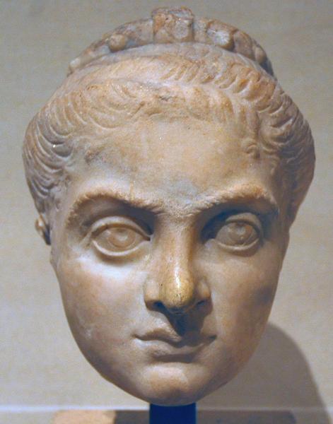 Figuur 2: Marmeren hoofd van keizerin Fausta (289-326 n. Chr.), momenteel in het Louvre in Parijs.