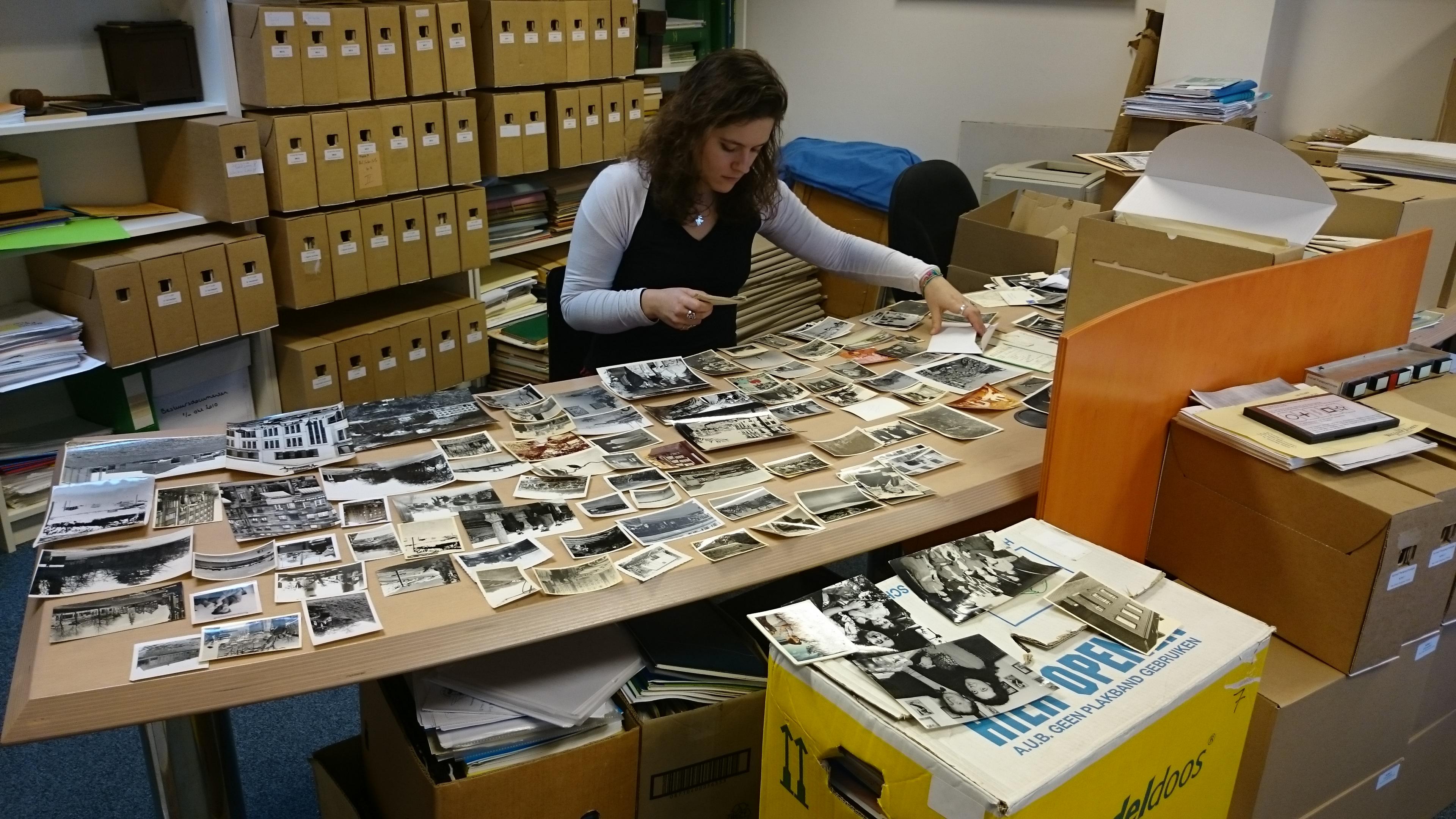 Iris zoekt foto's uit voor HJBF.