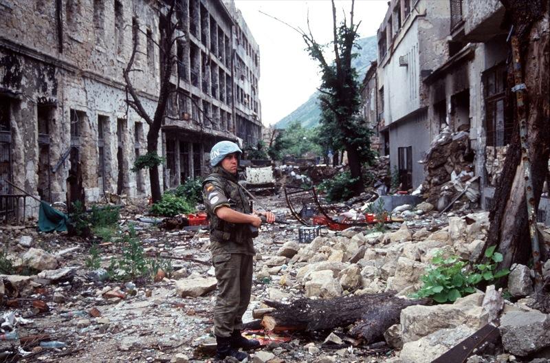 Een Spaanse soldaat in een verwoeste straat in Mostar, Bosnië en Herzegovina. Bron: https://www.flickr.com/photos/37792466@N06/4184954525/