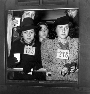 600 Joodse vluchtelingen - waaronder veel kinderen - arriveren per trein in Nijmegen in 1938. Velen dragen een registratienummer. Bron: Geheugen van Nederland