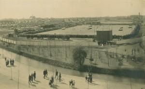 Philips Sportpark met overdekte tribune, 1916. Links op de achtergrond de karakteristieke woningen van Philipsdorp. (Bron: philips.nl)