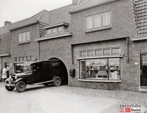 In de beginjaren van de NV Philips, toen de eerste woningcomplexen in het Philipsdorp en in Drents Dorp gereed kwamen, werd door Philips een winkelketen opgericht. Later werd de naam gewijzigd in ETOS. (Bron: eindhoveninbeeld.com)