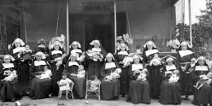 De echte nonnen van het benedictijnse klooster bij Warschau met hun kinderen (omstreeks 1946)