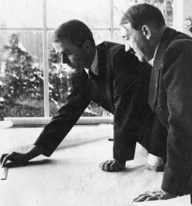 Zentralbild 5050-50 Architekt Speer war noch vor der Machtergreifung Hitlers der persönliche Freund des Bauzeichners Hitler; nicht nur die Gemeinsamkeit der beruflichen, sondern auch der politischen Interessen brachte sie näher. [1938?]