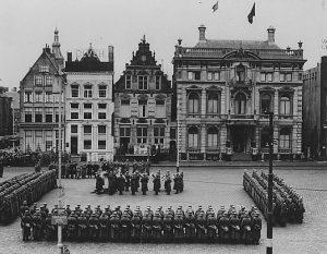 Parade Duitse Wehrmacht voor het Scholtenhuis, 1942 (Bron, Groninger Archieven)