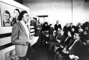 Günther Schwarberg in 1982 bij de opening van de tentoonstelling over de kinderen van Bullenhuser Damm. Bron: http://www.kinder-vom-bullenhuser-damm.de