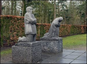 800px-Deutscher_Soldatenfriedhof_Vladslo_-_Trauernde_Eltern
