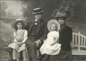 Elsa met haar man, componist Diepenbrock, en hun twee dochters.