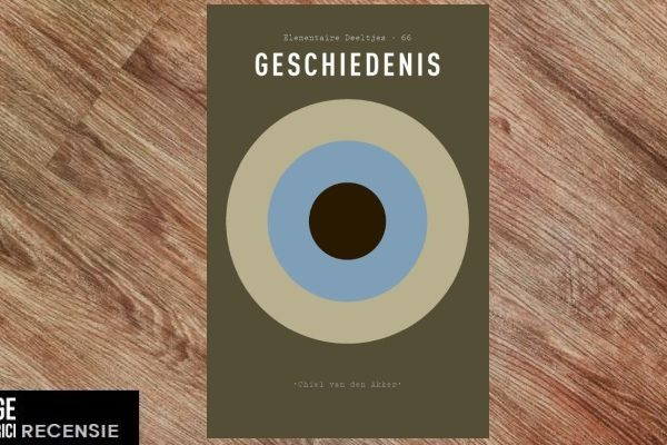 Recensie | Chiel van den Akker – Geschiedenis (Elementaire deeltjes #65)